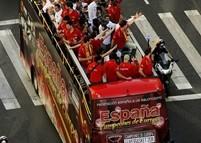 S.E._de_Baloncesto_celebrando_su_victoria_en_el_Eurobasket_en_autobus_UNVI_web